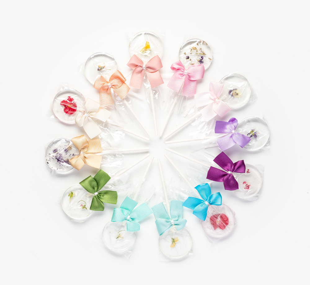 Clear Lollipops with Edible Flowers Wedding Favour by BookblockWedding Favours| Bookblock